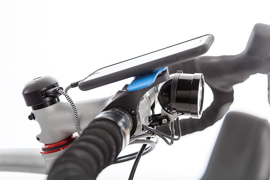 Close look to our endurance #gravelbike cockpit with @cycle2charge port, #edelux2 light and @quadlockcase for IPhone.
