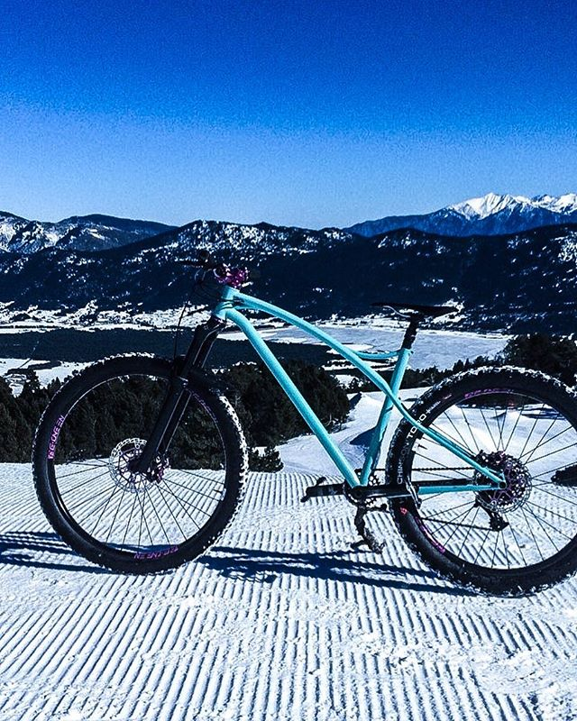 Blue sky, snowy trail and the Simple Track 297+ ?? #caminadebikes #steelbike #steelisreal #framebuilding #bespokebicycle #madeinfrance #titaniumbike  #sram1x #columbustubes @srammtb...