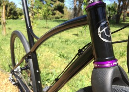 @hopetech purple headset fits great with black glossy gravelbike frame and @columbus_official carbone fork.